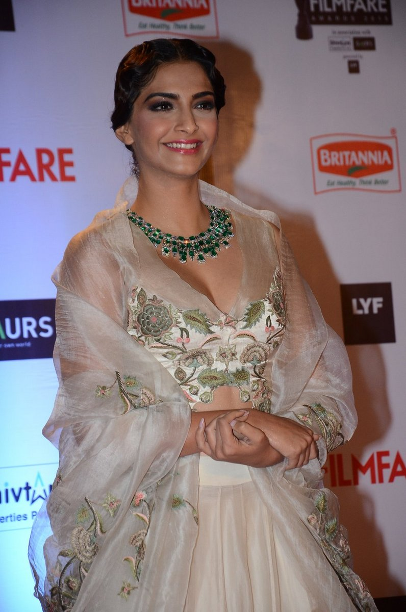 Sonam Kapoor wearing an elegant white color low cut embroidered blouse, designed by Anamika Khanna at the Filmfare Awards 2016