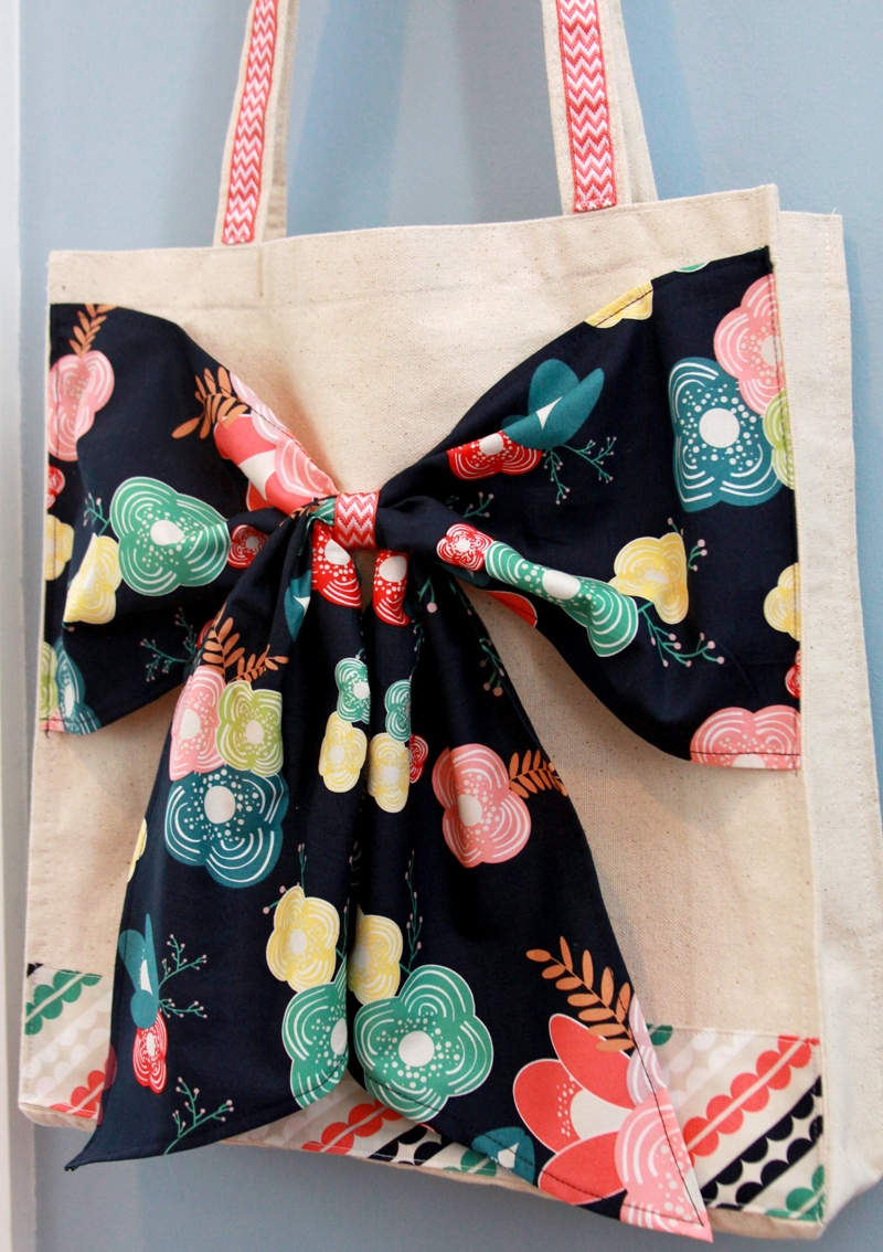 Tote with a bow