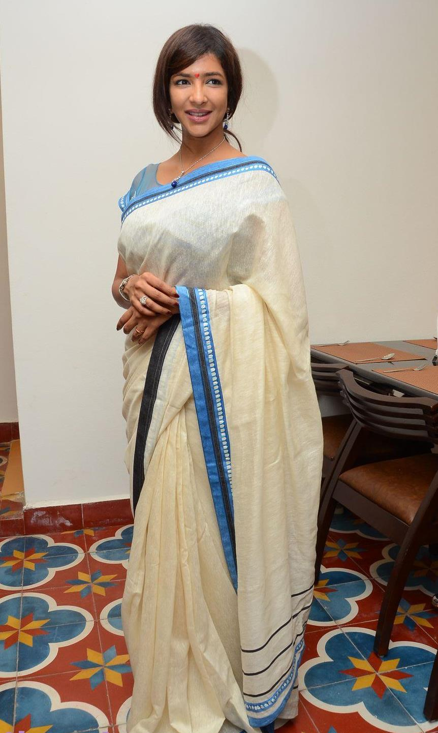 Check out her saree