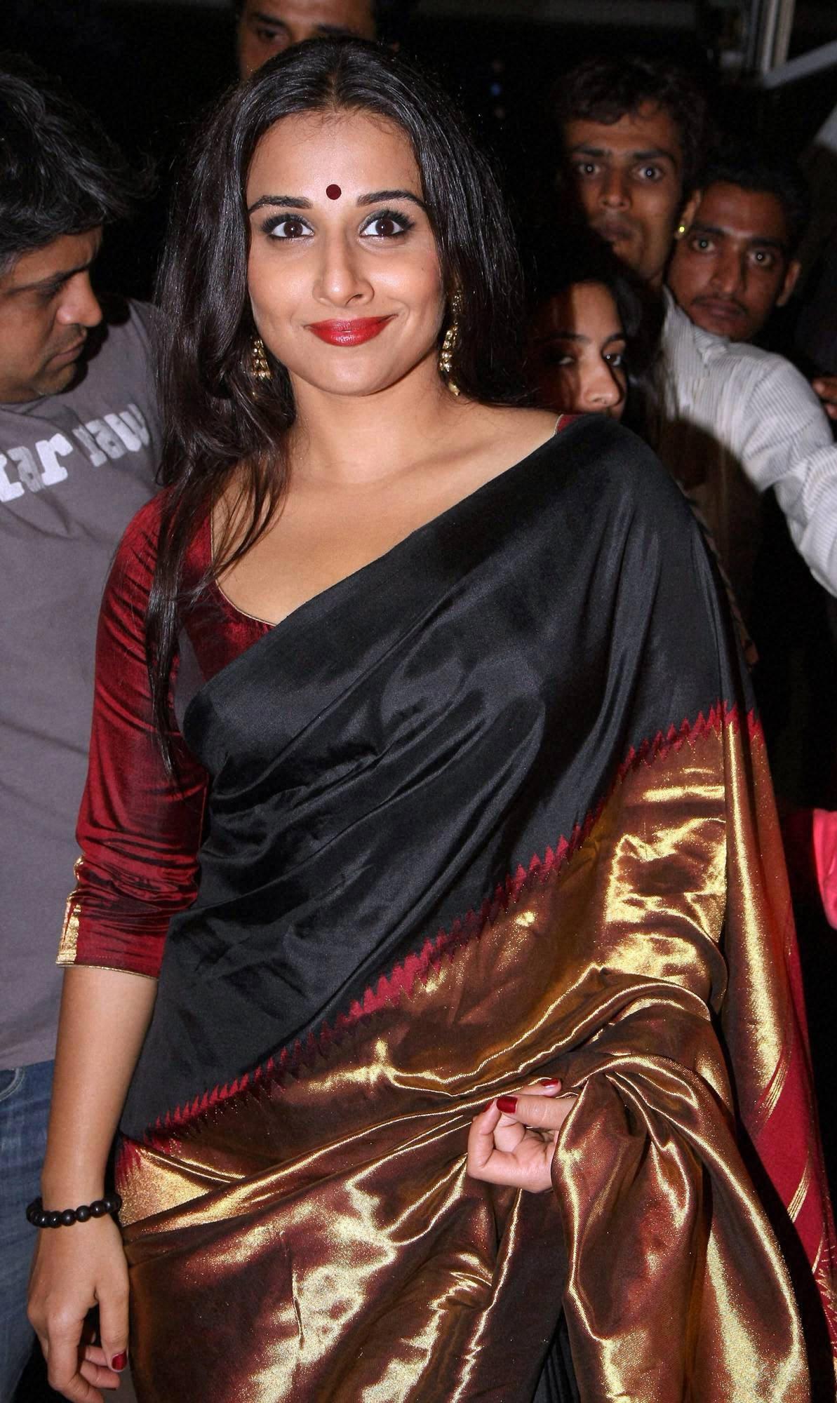 Vidya Balan wearing small round bindi.