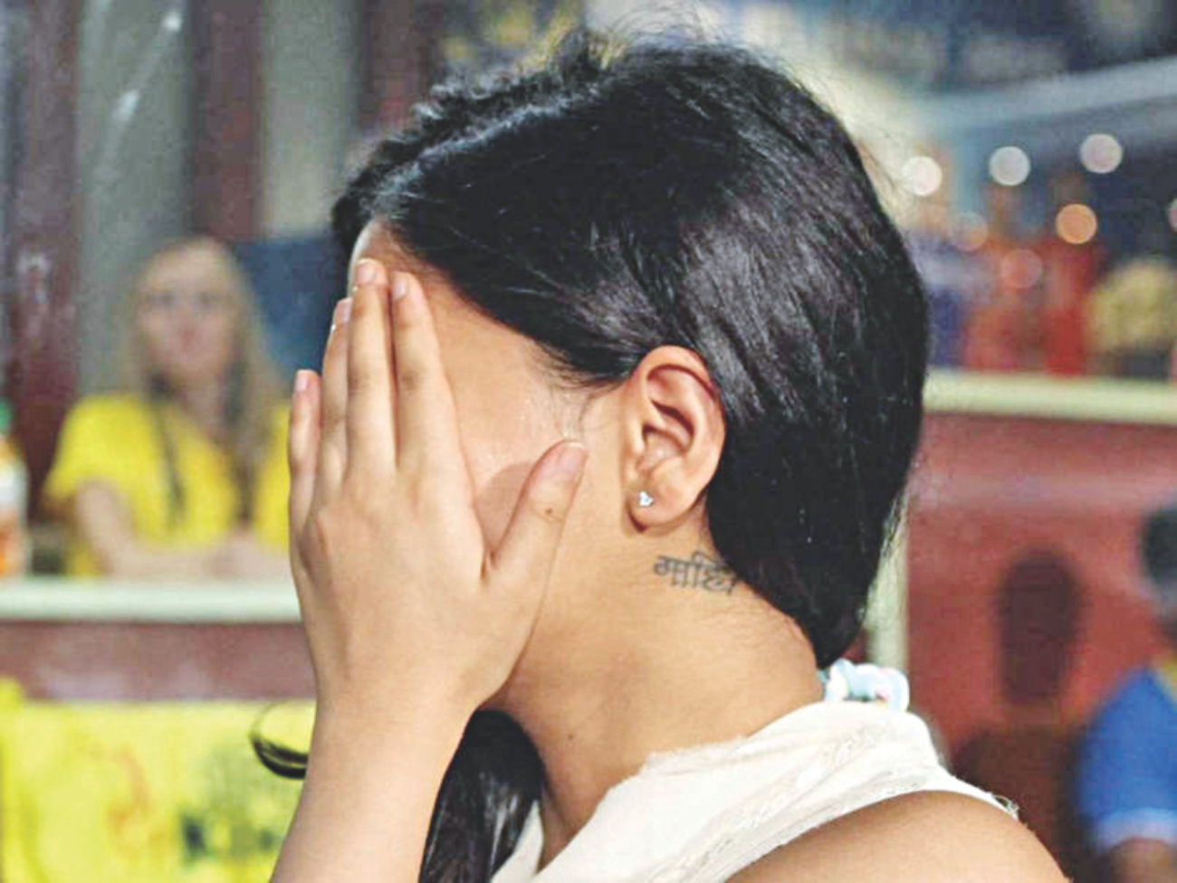 Sakshi Dhoni is showing 'Mahi' Tattoo while hiding her Face.