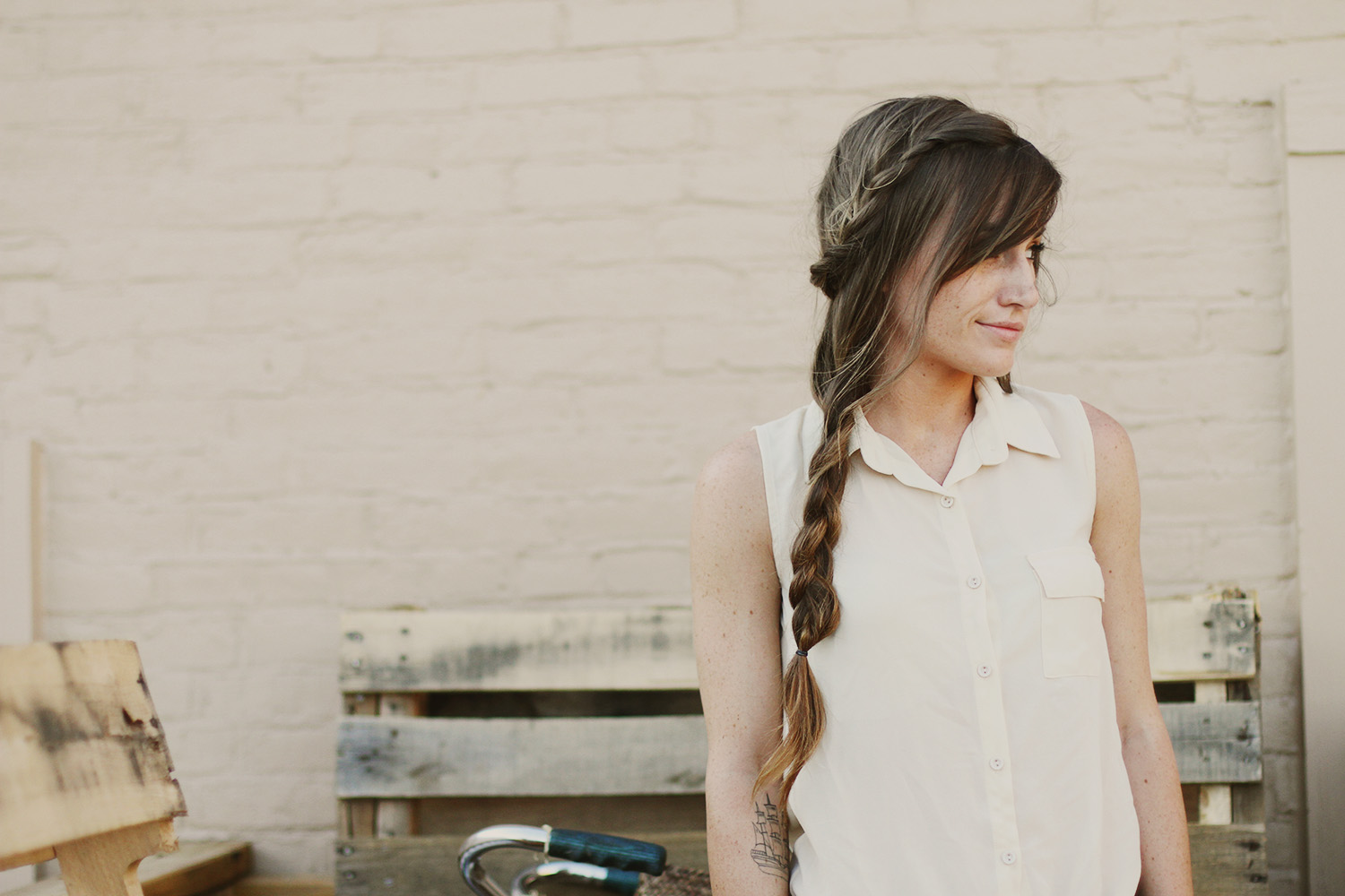 The model with loose Casual Side Braid.