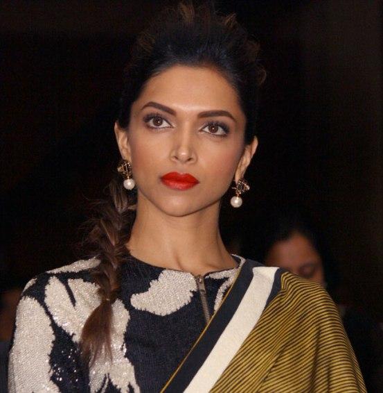 Deepika's Saree At The Indian Of The Year Awards 2014