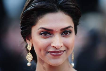 Deepika Padukone wearing small bindi.