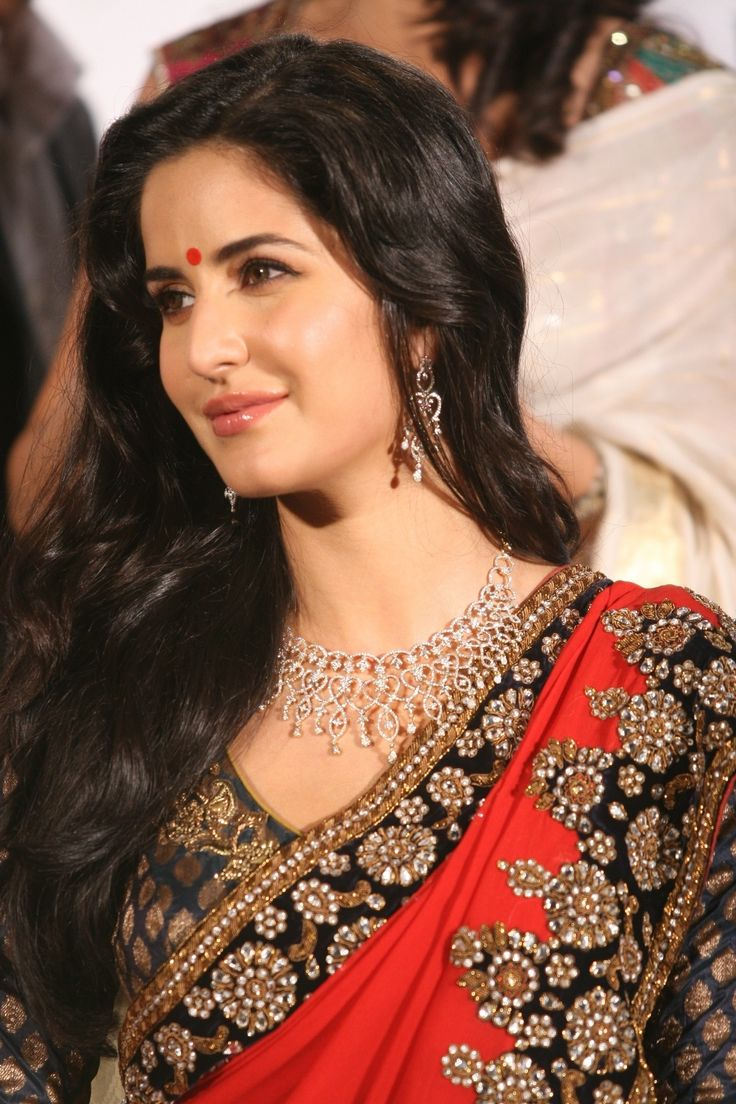 Katrina Kaif wearing red round bindi.