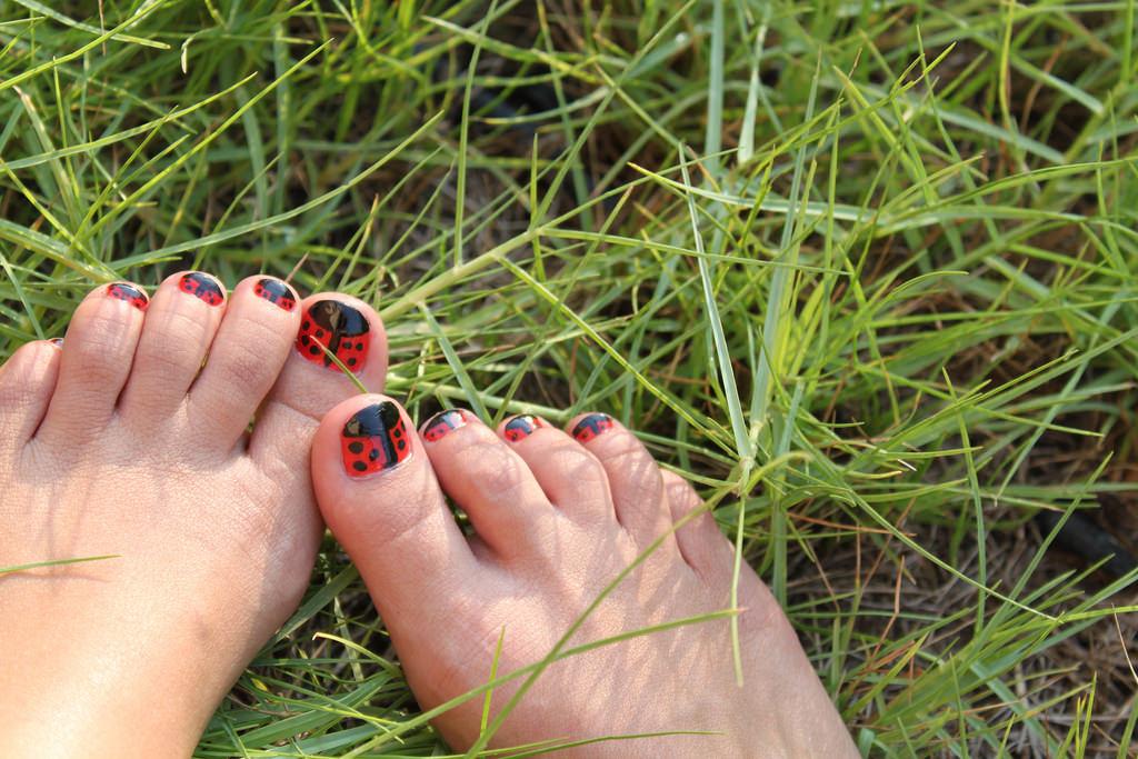 Nature Toe Red Nail Art