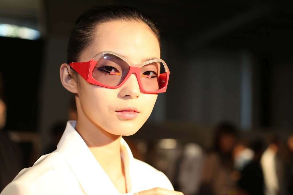 The model with geometric frames sunglass.