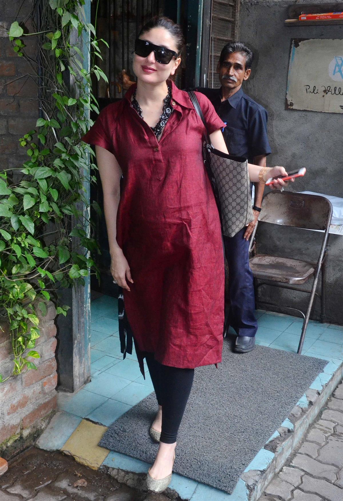 Kareena Flaunts Her Baby Bump In A Cotton Kurta.